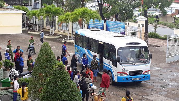 Người dân nô nức trở về nhà khi bão số 16 (Tembin) không đổ bộ vào đất liền